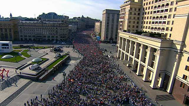 Russian language practice from the contemporary Russian media. Aerial view of the parade in central Moscow.