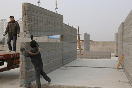 Operário montando uma das paredes impressas. Cortesia de Wall Street Journal