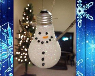 Con le pigne puoi dar vita a deliziosi angioletti da appendere! Lampadina A Pupazzo Di Neve Di Natale Da Appendere All Albero