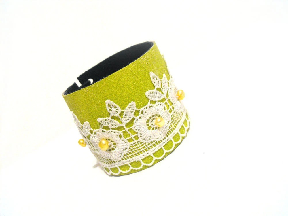 Leather bracelet with lace and pearls - julishland