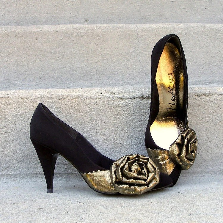 1980s High Heels / 80s BLACK Gold Lame Bows Pumps Shoes / 7B - LookAgainVintage