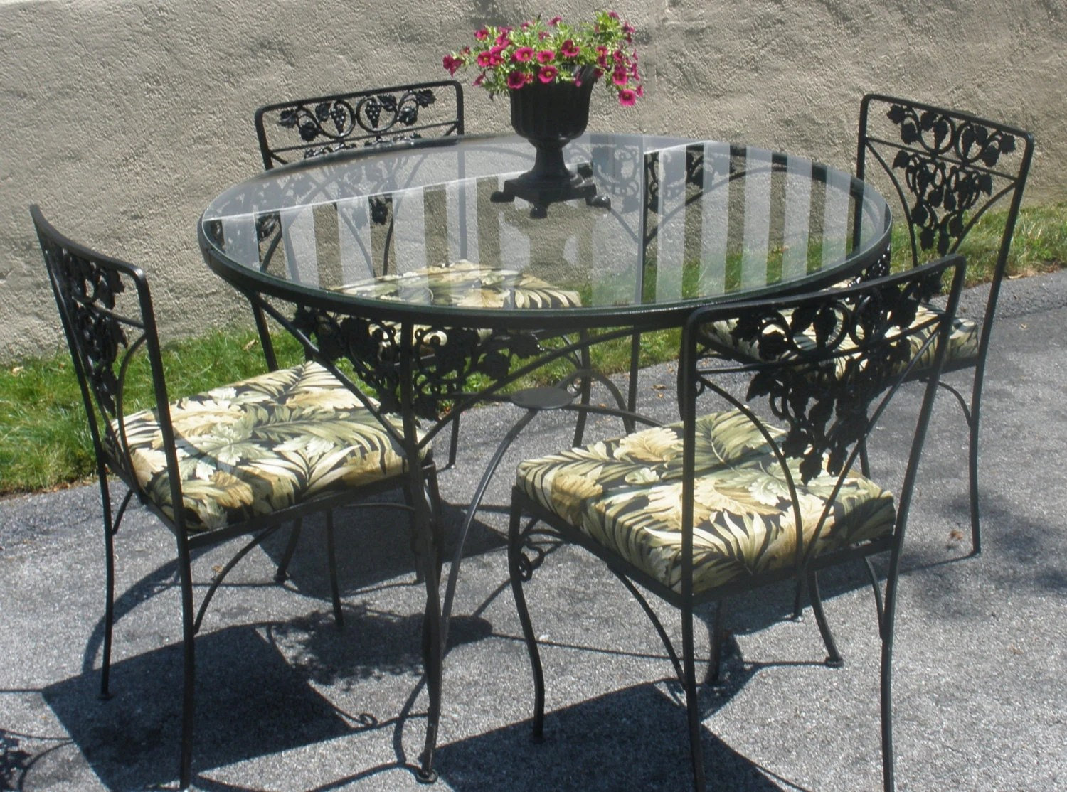 Wrought Iron Table And Chairs Wrought Iron Table 4 Chairs Cushions Woodard Grapes