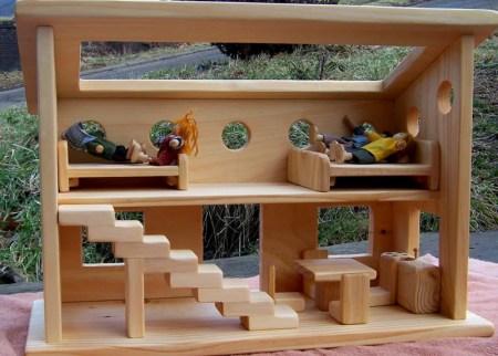 Uno de los jueguetes para niños y niñas propios de la pedagogía Waldorf es la casa de muñecas de madera .