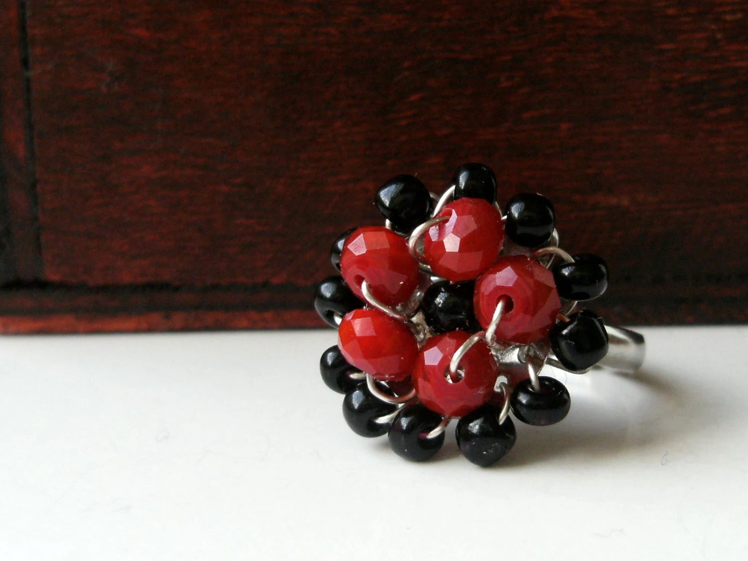 Wire wrapped beaded adjustable ring - Black and Red - earjeans