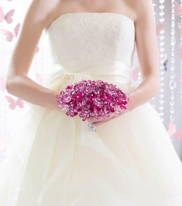 Buquê de noiva rosa-choque de cristais e miçangas.