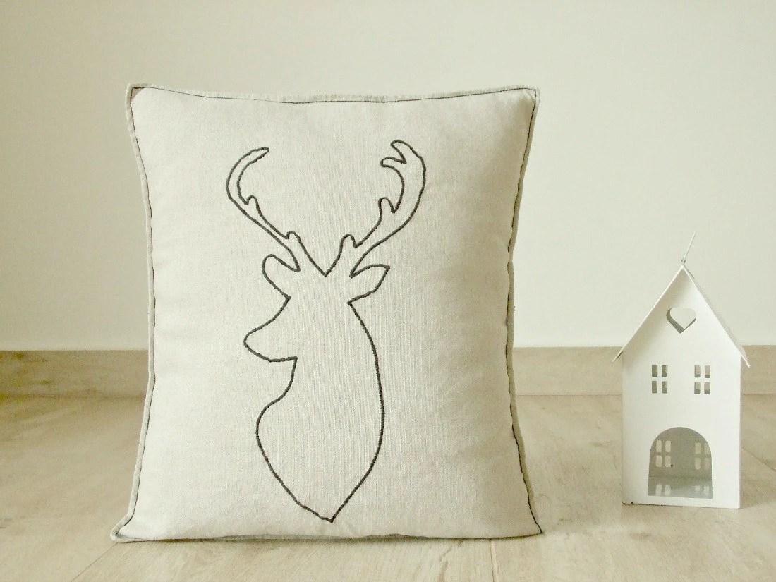 Cuscino in misto lino con testa di cervo  renna ricamata