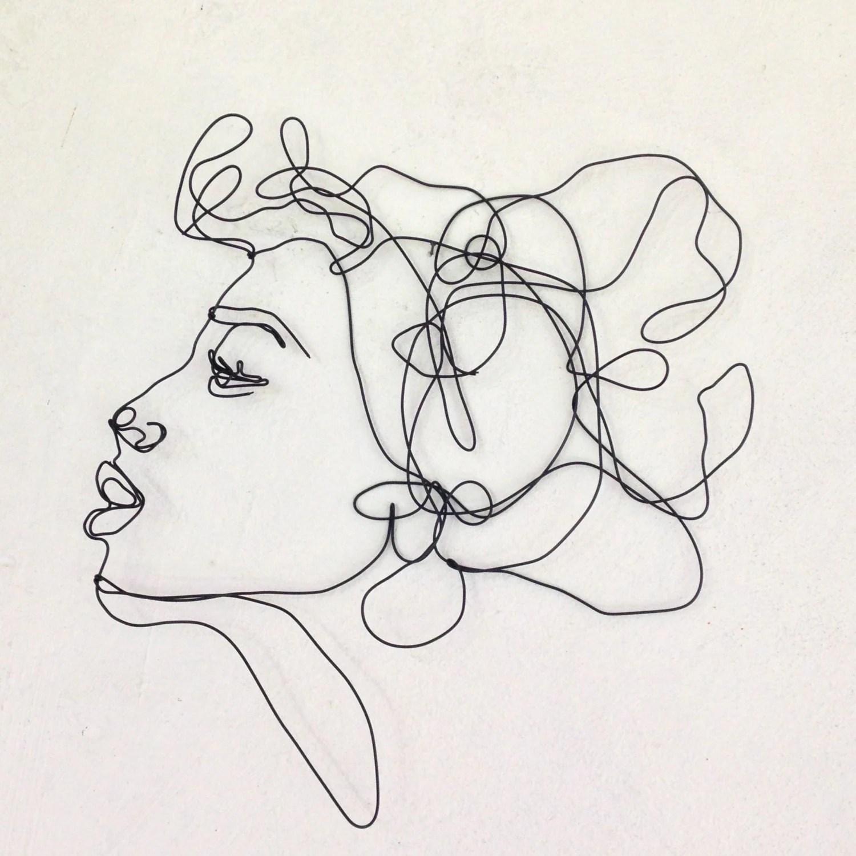 Scultura in filo di ferro da appendere donna che bacia
