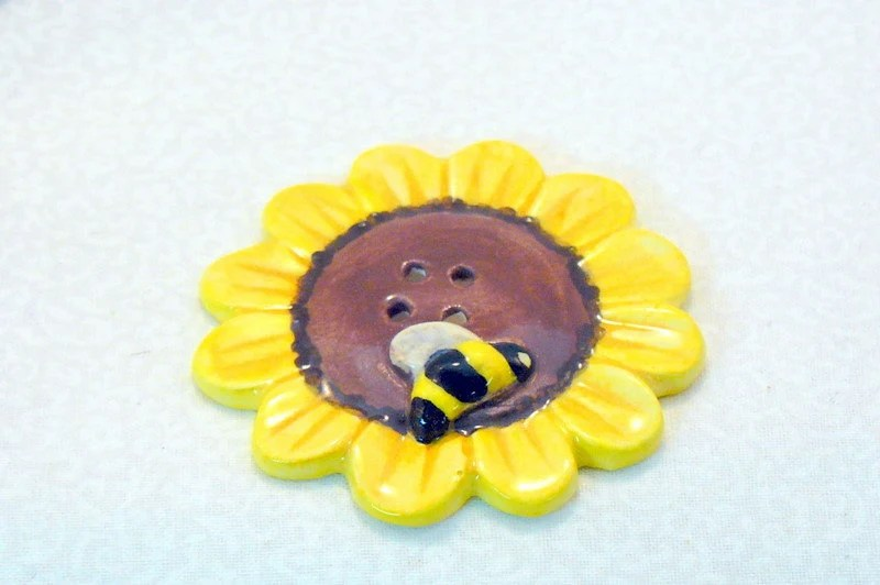 Ceramic Flower Bee Button Yellow - GrapeVineCeramicsGft