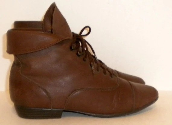 Sz 7.5 Vintage short brown leather lace up flat ankle boots.