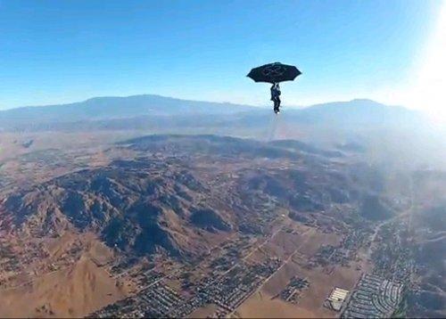 美一男子用雨傘跳傘 高空雨傘破裂只剩傘架(圖)