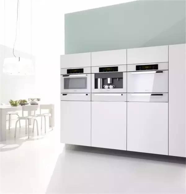 miele kitchen appliances aid professional mixer 世界顶级厨电品牌 豪宅里那些叫不出名字的逆天设备 界面新闻 生活 秉持着线条简洁明晰和外型经典优雅的设计信条 其嵌入式厨房电器风格多变 且在设计线条和选择颜色时保持一致 适合最多样的室内设计和厨房家具前端 无论家中的