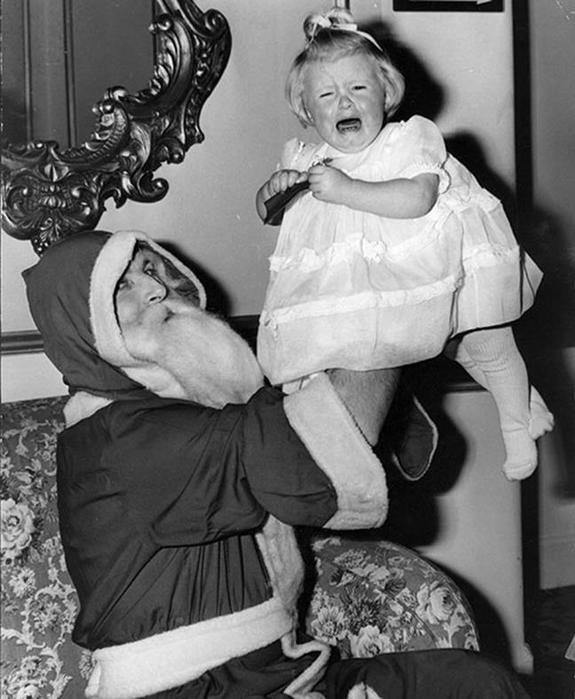 «Дед Мороз, изыди!»— фотографии испуганных малышей на коленях Санта Клауса