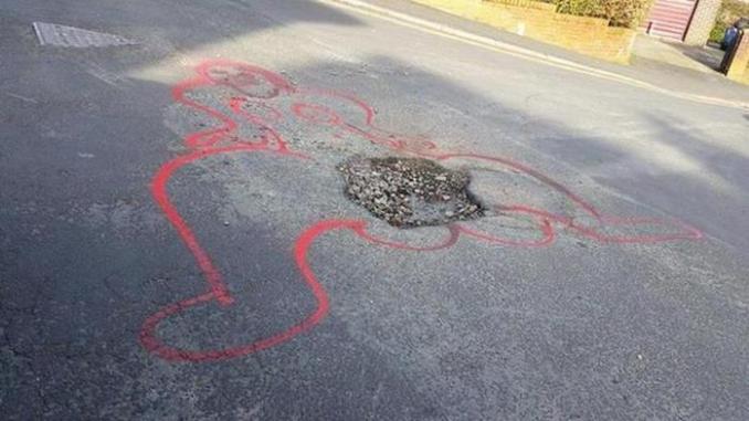 Британский художник борется с ямами на дорогах с помощью пошлых рисунков