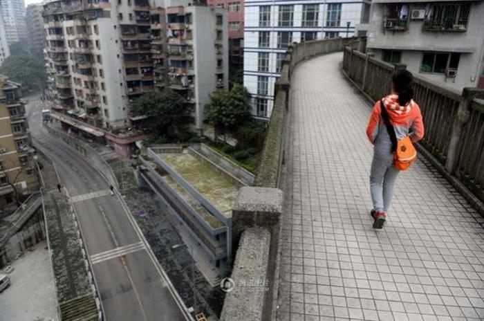 Мост между домами в Китае: фото из города Чунцин