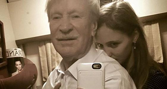 Трогательное селфи сделал 85 летний Краско с молодой 25 летней женой