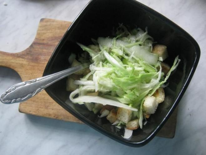 Зеленый салат с кубиками гренками (пошаговый рецепт)