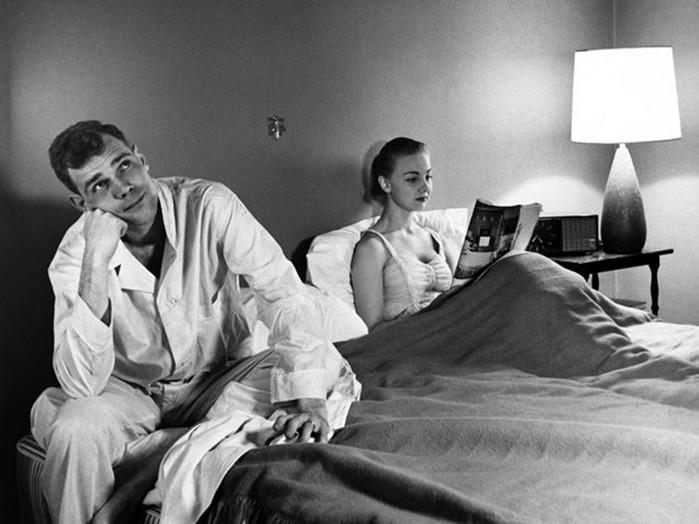 С какой стороны от мужа должна спать жена?