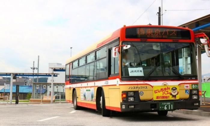 Пьяных токийцев, которые проспали свою остановку, подбирает «спасательный автобус»