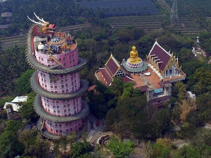 Розовый буддийский храм гигантского зеленого дракона в Таиланде