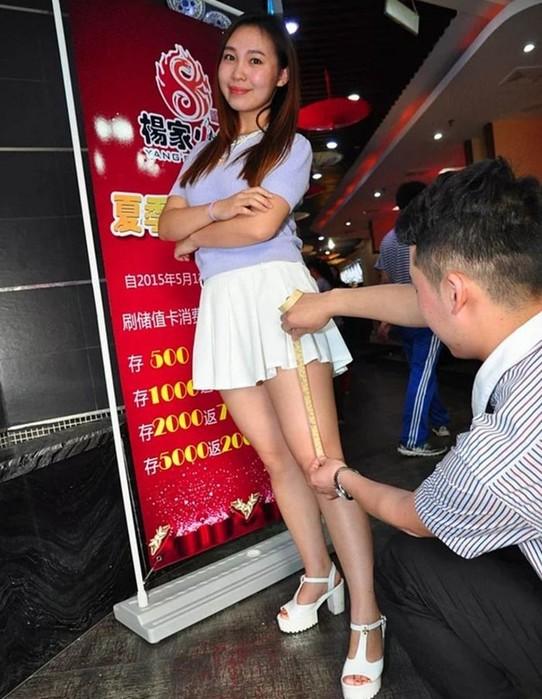 Чем короче юбка, тем меньше счет: китайский ресторан ввел скидки для красивых девушек