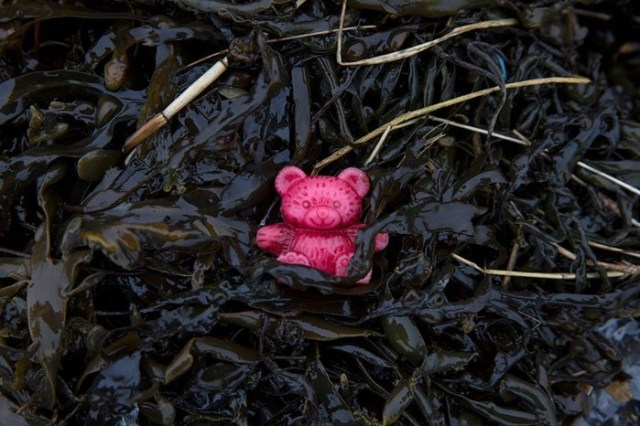 Горы пластика на берегу Темзы в Англии