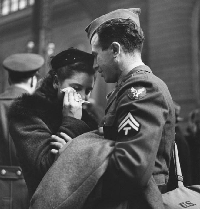 Самые романтичные фото военного времени: Любовь всегда побеждает