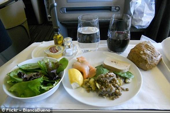 Как отличается еда пассажиров в бизнес классе и эконом классе в самолете