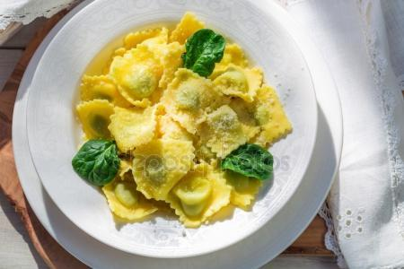 Диетические вегетарианские равиоли с сыром и шпинатом