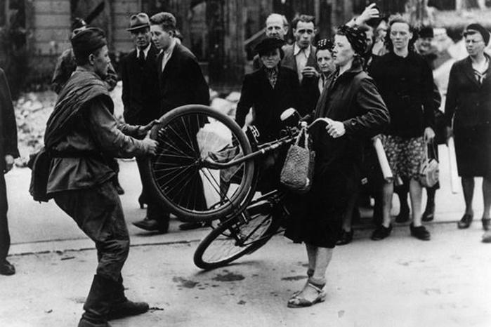 «Русский варвар!»: кто отнимает у немки велосипед в оккупированном Берлине