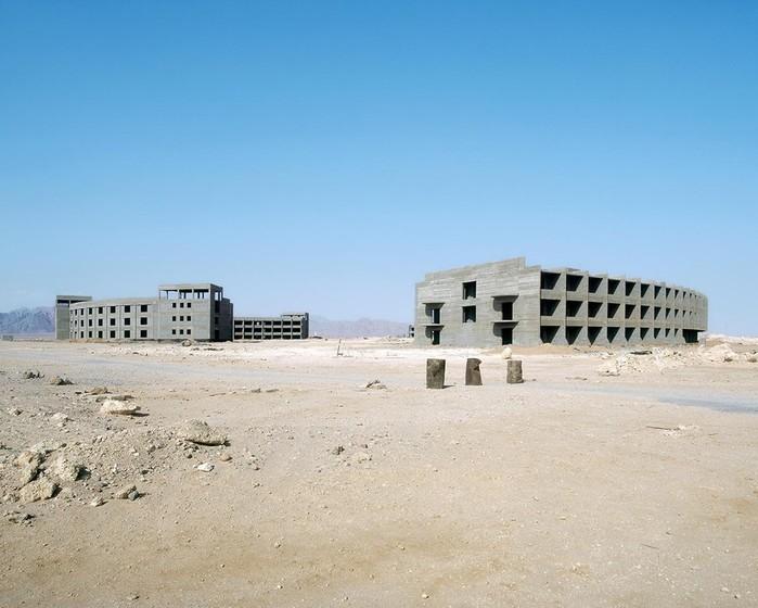 Что немецкие фотографы сняли в заброшенных отелях египетской пустыни