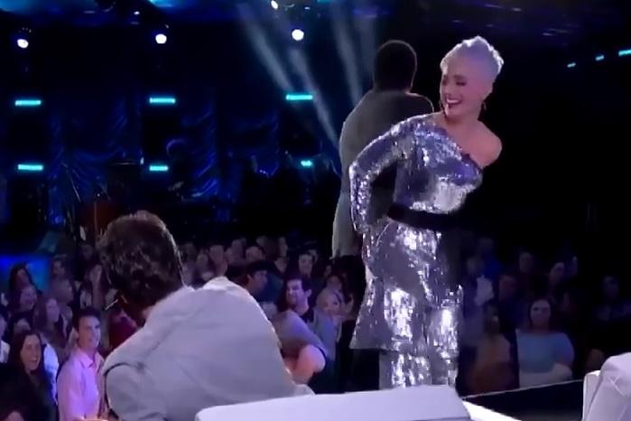 У Кэти Перри в прямом эфире лопнули штаны и она начала хохотать