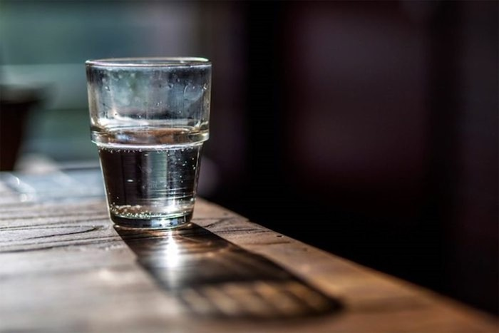 Почему никогда не нужно ставить стакан с водой рядом с кроватью