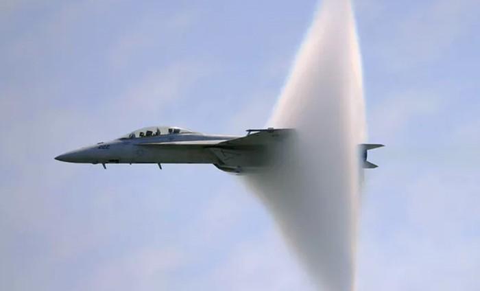 Видео, как самолет истребитель преодолевает звуковой барьер