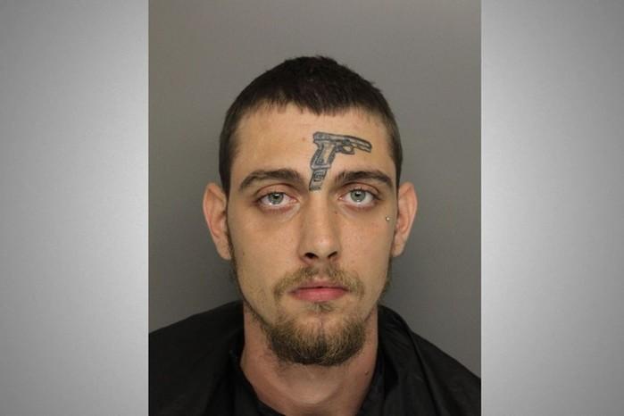 Американца с вытатуированным на лице пистолетом арестовали за хранение оружия