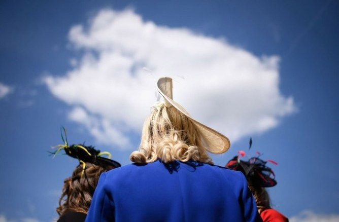 Ежегодные скачки в Аскоте и безумные шляпы дам