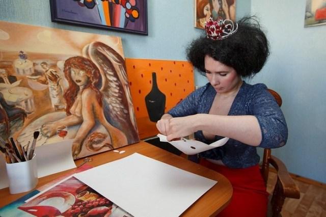 Художница из Петербурга показала, как рисовала грудью портреты знаменитостей