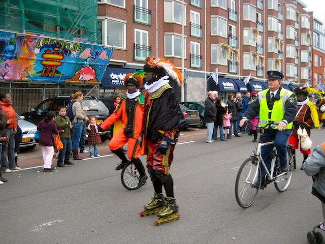 Жители Нидерландов хотят оставить чернокожего помощника Санты