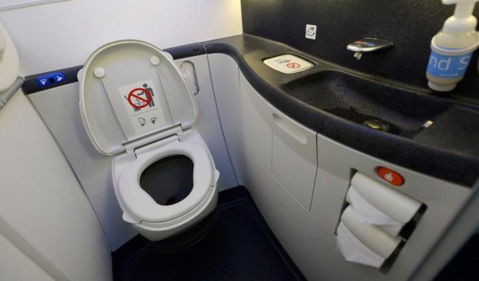 5 самых грязных мест в самолете— здесь бактерии несут серьезную угрозу человеческой жизни