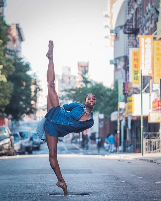 Фотограф на улице просит не стесняться танцоров