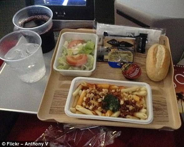 Меню «эконом» и «бизнес класс» в самолетах разных компаний