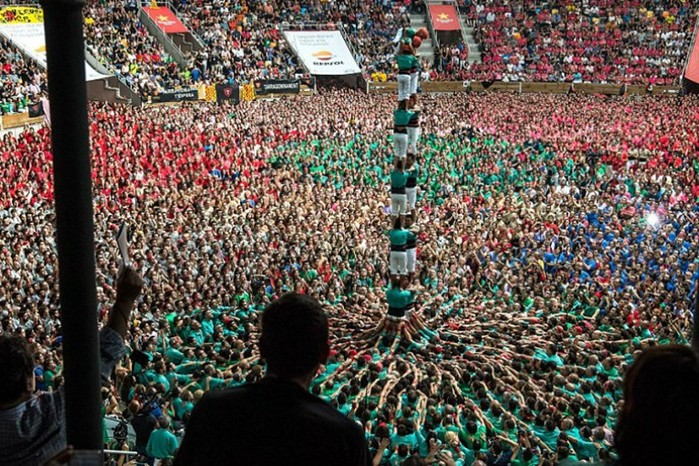 Как испанцы строят гигантские башни из людей