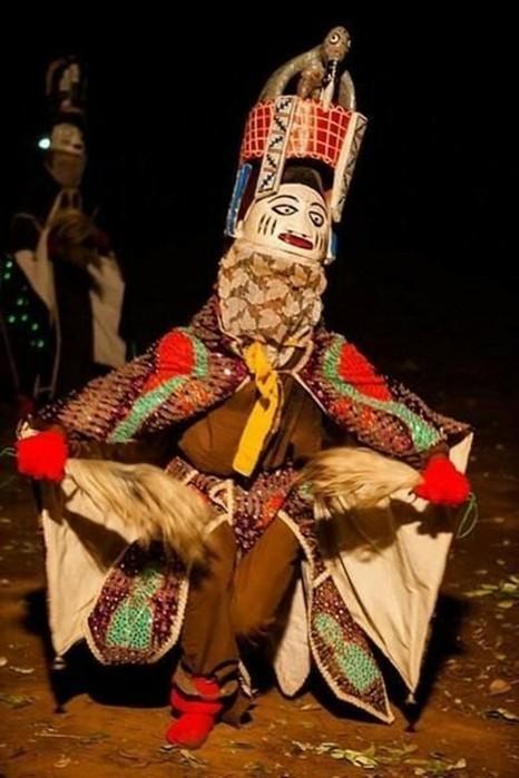 Фотографии красочного фестиваля масок в Буркина Фасо