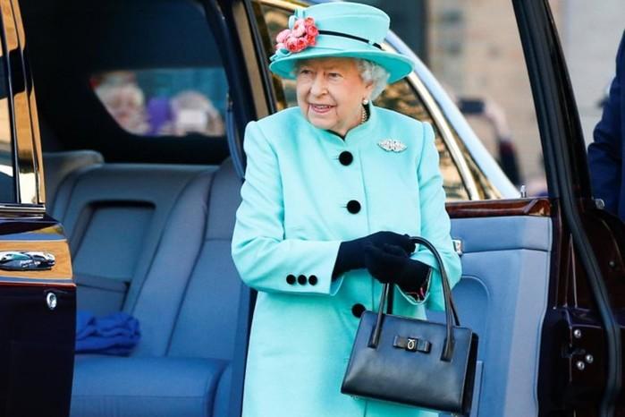 Зачем королевские особы все время держат при себе сумочки