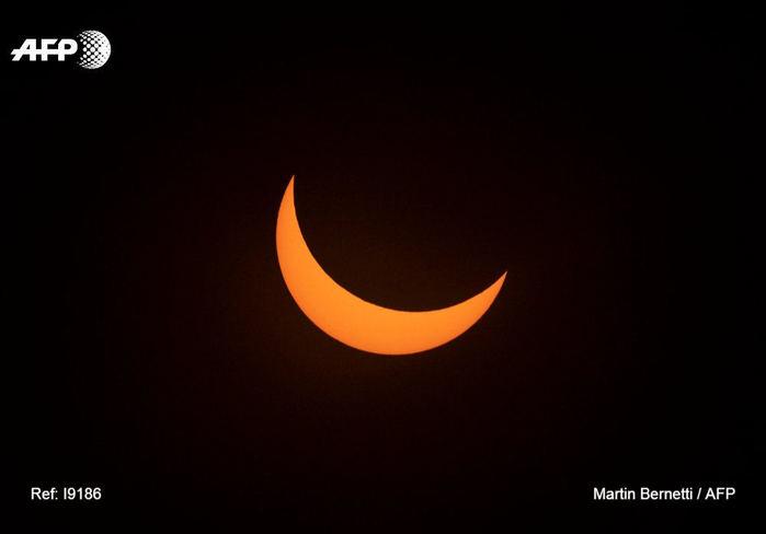 Появились первые фотографии полного солнечного затмения
