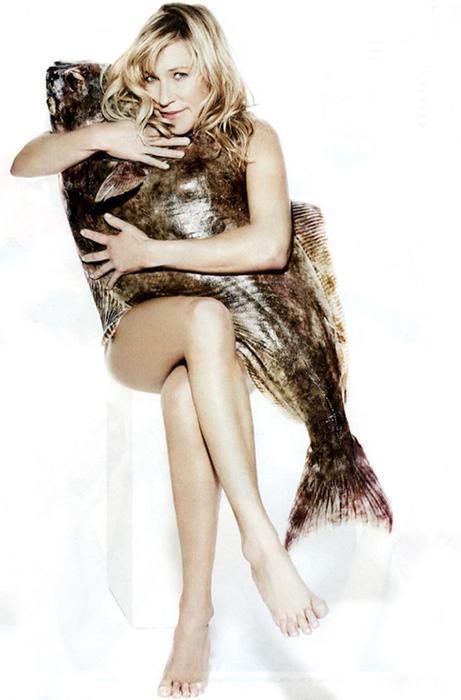 Голая женщина с большой рыбой: голливудская актриса сняла одежду в защиту тунцов