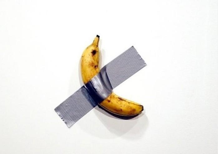 Современное искусство   приклеенный к стене банан