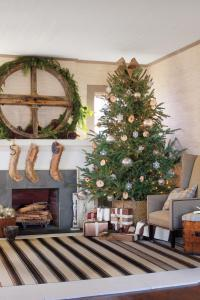 Spectacular Holiday Entry and Christmas Door Decorations ...