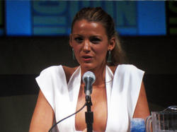 Blake Lively with great cleavage at Green Lantern panel at Comic-Con International in San Diego - Hot Celebs Home