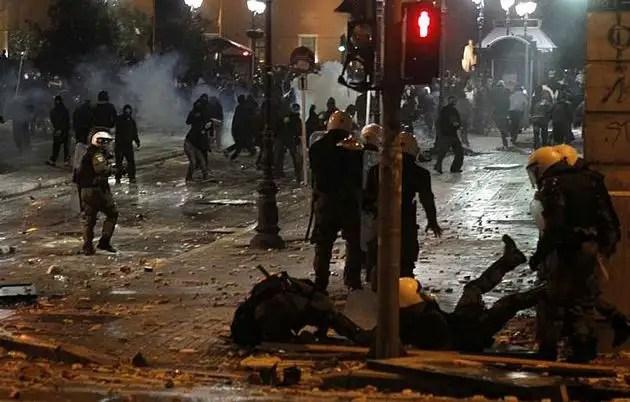 1329082373057gre3gd - Atenas arde por la aprobación de los recortes en el Parlamento