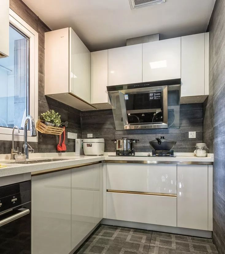 kitchen aid colors hutch 厨房这样装好看又实用 30年都不过时 参考一下 房产资讯 房天下 一般的厨房都偏长 而长方形厨房较为适合设计l型橱柜 这样不仅空间利用率直线飙升 还能留出空间给业主适配各种厨房家电 增强厨房的兼容性